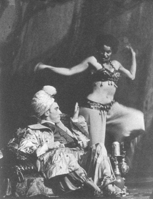 Peer Gynt (Max von Seadow) contemplando la danza de Anitra